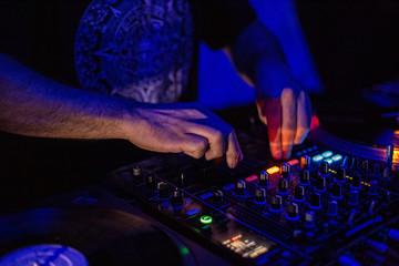 Fototapeta Zbliżenie na dj ręcę, mikser grający imprezę, muzyka.
