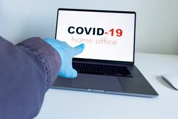 laptop, koronawirus, covid, covid-19, praca zdalna, zdrowie, rękawiczki