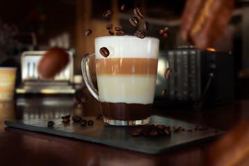 Zelfklevend Fotobehang Koffiebonen los granos envuelven tu café