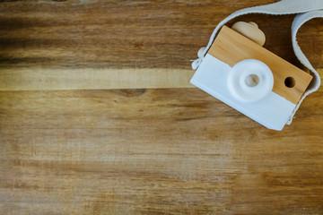 fondo madera con camara de fotos espacio neutro