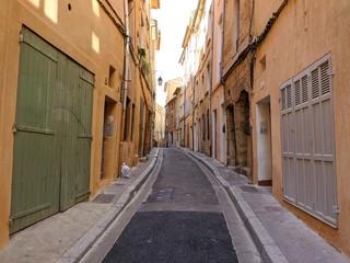 Rue d'Aix en Provence avec maison provençal et fontaine, lieu connu sous le nom de cours Mirabeau...