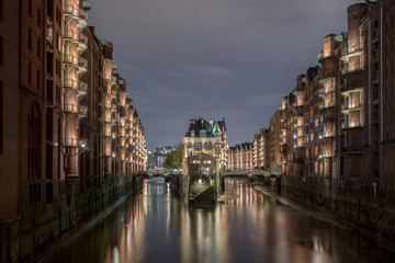 Poster Channel speicherstadt hamburg harbor picturesque charming night shot
