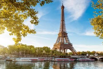 Boot in rivier tegen Eiffeltoren