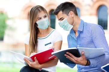 Keuken foto achterwand Hoogte schaal Couple of students talking together wearing a mask - coronavirus concept