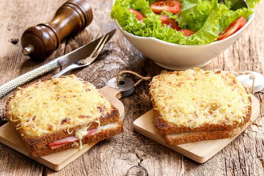 2 croque monsieur et salade en accompagnement