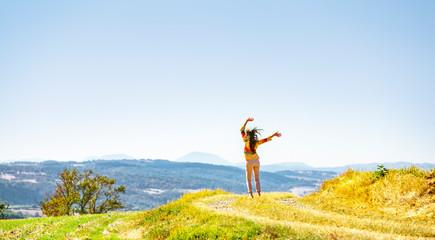 Fotoväggar - Frau beim spaziergang auf einem Feld