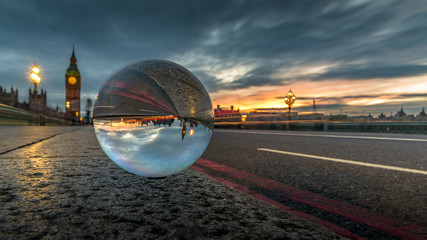Fotomurales - Scenic View Of Sunset In City Against Cloudy Sky Reflecting In Crystal Ball On Westminster Bridge