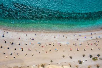 Wall Mural - Topdown Luftaufnahme des Strandes von Glyfada in Athen, Griechenland, mit smaragdem Meer, feinem Sand und Sonnenschirmen