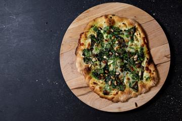 selbstgemachte vegetarische Pizza, Mascarpone, Babyspinat, Mozzarella, Parmesan, Pinienkerne, Studio