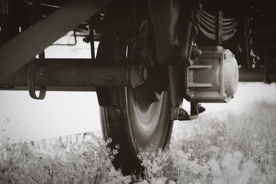 Das Rad eines alten abgestellten Autotransportwagen