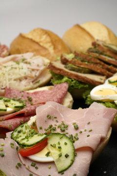 halbe Belegte Brötchen mit Salami und Käse,
