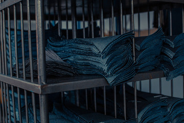 Fototapeta Przemysł odzieżowy, produkcja spodni jeansowych, farbowanie, szycie, pranie, krojenie. obraz