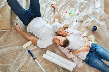 Keuken foto achterwand Hoogte schaal Handyman couple resting while renovating