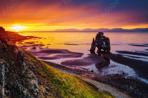 Wall mural Charming view of the Atlantic ocean at dawn. Location place famous Hvitserkur rock, Vatnsnes peninsula, Iceland, Europe.
