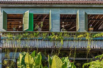 Fassade von einem Holzhaus in Ubud auf Bali, Indonesien