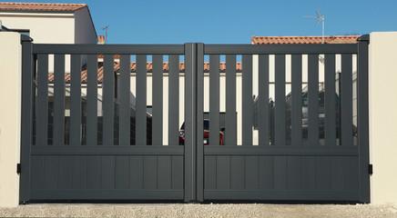 Portail en aluminium d'une maison
