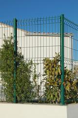 Clôture de panneaux grillagés d'un jardin