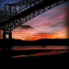 Fond de hotte en verre imprimé Rouge Scenic View Of Bridge At Sunset