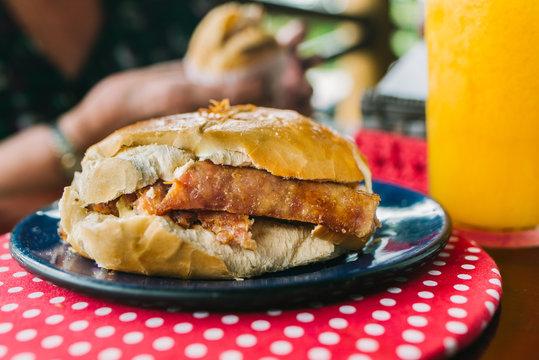 Pão francês com linguiça caseira em restaurante - Minas Gerais, Brasil