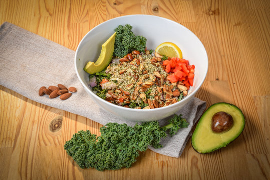 Bowl of kale salad with avocado and almonds cetogene version.