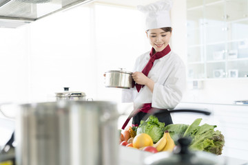 女性調理師 キッチン