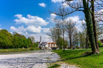Urlaub in Bayern: Das schöne Bad Tölz an der Isar vom Fluss aus - nahe München