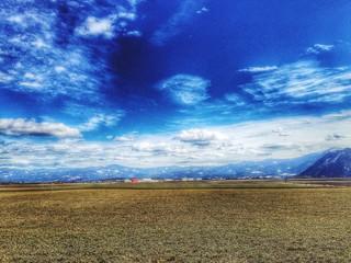 Foto auf AluDibond Dunkelblau Landscape Against Dramatic Sky