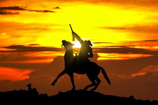 Cowboy Statue bei Sonnenuntergang