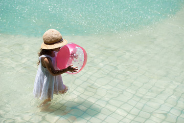水遊びをするリトルガール