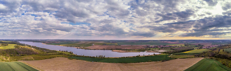 Panoramaaufnahme des Süßen See im Mansfelder Land mit Lüttchendorf und Anbauflächen der Landwirtschaft