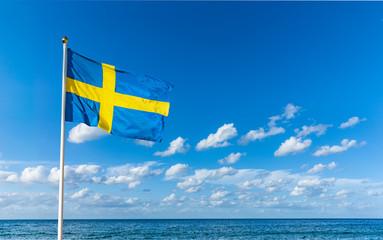Schwedische Flagge im Wind vor Blauem Himmel