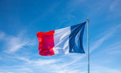 Französische Flagge im wind vor Blauem Himmel