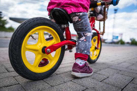 Kleines Kind auf einem Laufrad