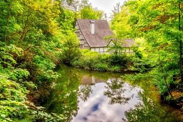 historisches Kulturdenkmal Halbachhammer in Essen Deutschland mit grünen Baumen und Teich