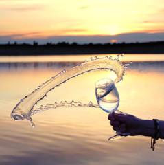 schwungvolles Wasser im Glas