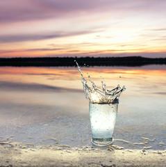 frisches Wasser platscht ins Glas