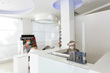 Salone di parrucchieri allestito secondo le regole per la protezione del personale e dei clienti...