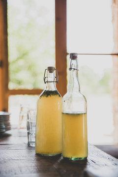 Bouteilles de jus de fruit devant une fenêtre