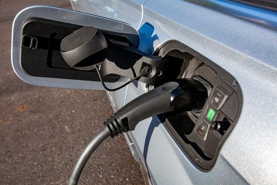 Elektroauto oder Elektrofahrzeug laden an Wallbox Ladestation Ladesäule Charging