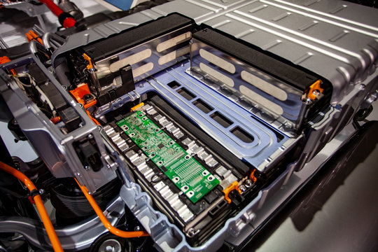 Offene Lithium-Batterie auf der Hinterachse eines Audi-Q7 Plug-in-Hybrid Modell, 2015