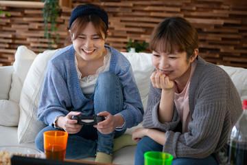 友達とビデオゲームを楽しむ女性