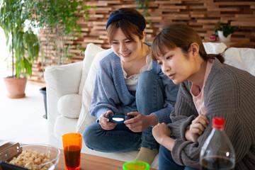 ビデオゲームを楽しむ二人の女性
