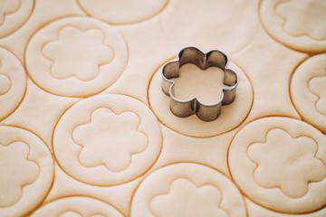 Making of round shortcrust cookies