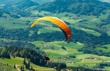 Aktionsport: Gleitschirmflieger am Hocheck im schönen Chiemgau in Bayern
