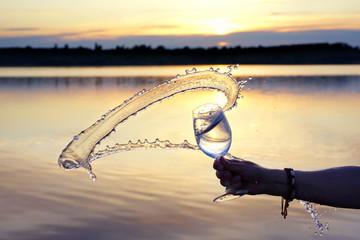 frisches Wasser im Glas im Sonnenuntergang