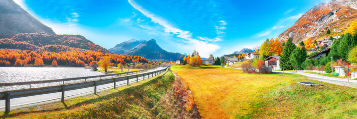 Photo sur Toile Automne Awesome autumn scene in Maloja village and asphalt road on the shore of Sils lake(Silsersee)