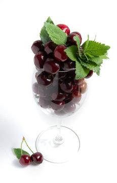 Bicchiere colmo di ciliegie regina mature