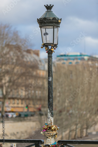 Fotomurales street lamp in the city of Paris paddlocks