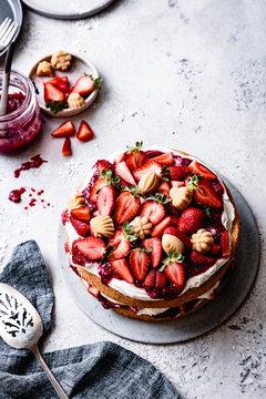 Strawberry sponge cake with maple candies.
