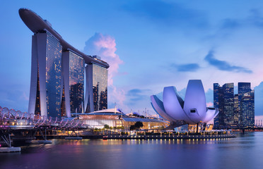 Fotomurales - Singapore skyline at the Marina bay during twilight